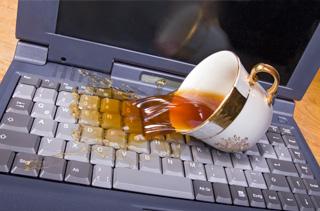 залил ноутбук кофе